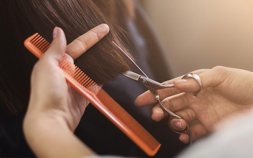 podcinanie końcówek włosów
